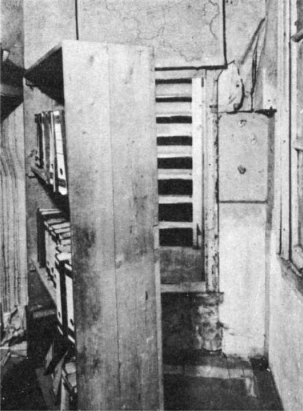 As escadas que dão para o Anexo Secreto aparecem quando a estante é removida.