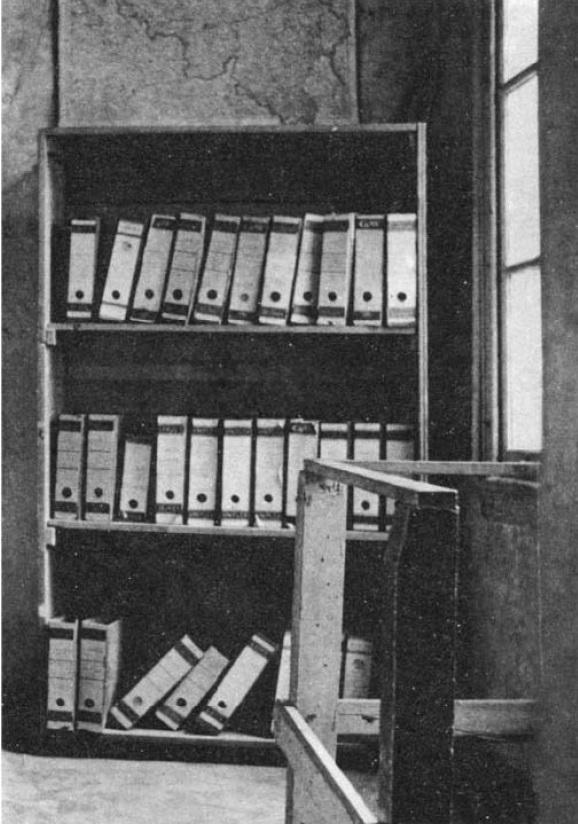 A entrada do Anexo Secreto é disfarçada por uma estante móvel