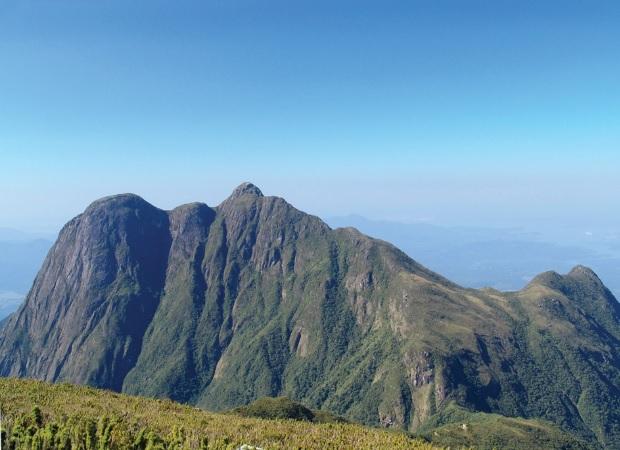 Pico do Paraná, na Serra dos Órgãos, com 1.900 m de altitude.
